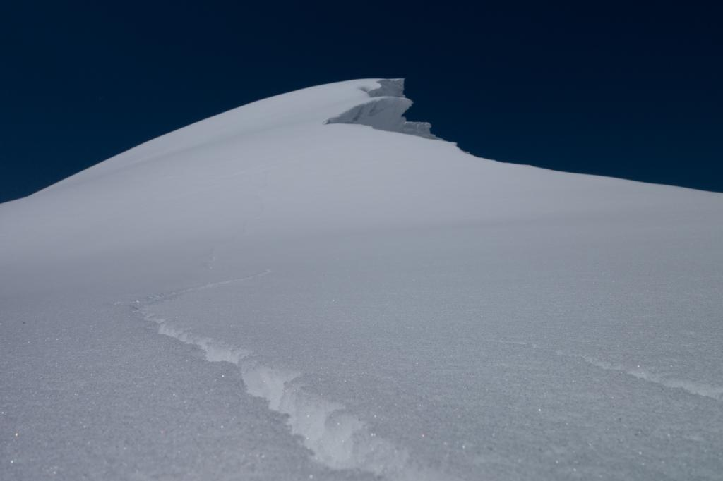 "<a href=""https://www.sierraavalanchecenter.org/avalanche-terms/cornice"" title=""A mass of snow deposited by the wind, often overhanging, and usually near a sharp terrain break such as a ridge. Cornices can break off unexpectedly and should be approached with caution."" class=""lexicon-term"">Cornice</a> crack"