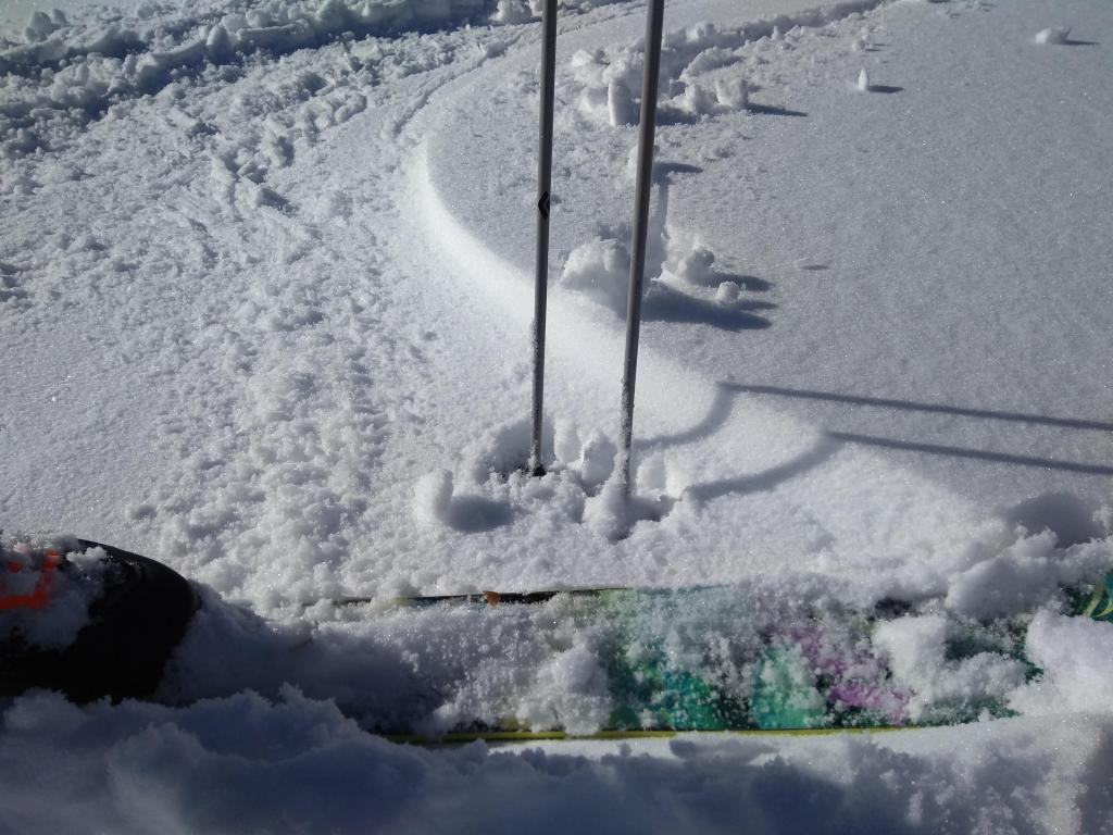 """Near surface <a href=""""/avalanche-terms/faceted-snow"""" title=""""Angular snow with poor bonding created from large temperature gradients within the snowpack."""" class=""""lexicon-term"""">facets</a> on ENE <a href=""""/avalanche-terms/aspect"""" title=""""The compass direction a slope faces (i.e. North, South, East, or West.)"""" class=""""lexicon-term"""">aspect</a> at about 7,200&#039;."""